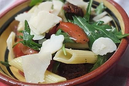 Italienischer Nudelsalat mit Rucola und getrockneten Tomaten 7