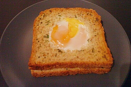 Eier im Toastbrot mit Rosmarin - Butter 50