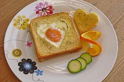Eier im Toastbrot mit Rosmarin - Butter
