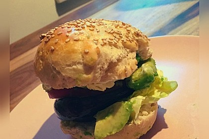 Tomaten-Auberginen-Avocado-Burger 58