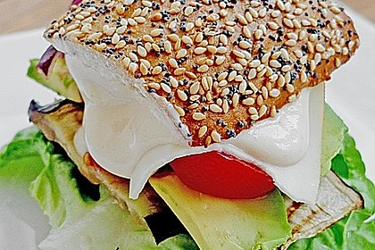 Tomaten-Auberginen-Avocado-Burger 2