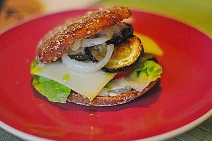 Tomaten-Auberginen-Avocado-Burger 34