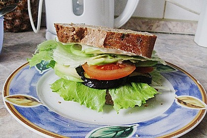 Tomaten-Auberginen-Avocado-Burger 72