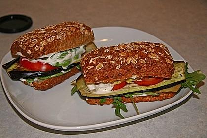 Tomaten-Auberginen-Avocado-Burger 22