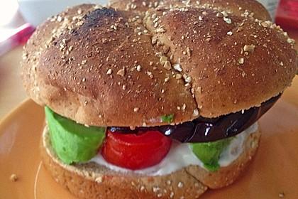 Tomaten-Auberginen-Avocado-Burger 62