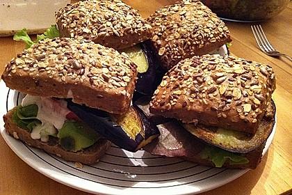 Tomaten-Auberginen-Avocado-Burger 55