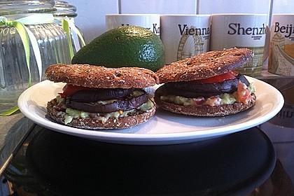 Tomaten-Auberginen-Avocado-Burger 44