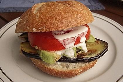 Tomaten-Auberginen-Avocado-Burger 17