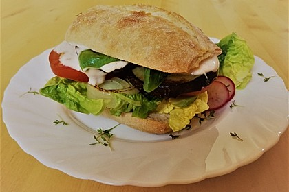 Tomaten-Auberginen-Avocado-Burger 8