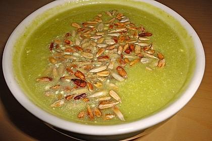 Rosenkohlsuppe mit Apfel - Walnuss - Einlage