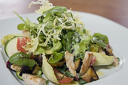 Bunter Sommersalat mit Putenbruststreifen und Caesars Dressing