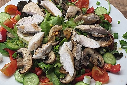 Bunter Sommersalat mit Putenbruststreifen und Caesars Dressing 4