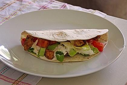 Chicken Wrap mit Gemüse, Guacamole und Crème fraîche 12