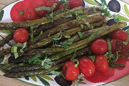 Gebratener grüner Spargel mit Cocktailtomaten, Balsamico und Kürbiskernöl 1