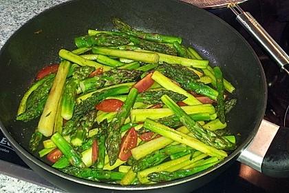 Gebratener grüner Spargel mit Cocktailtomaten, Balsamico und Kürbiskernöl 27