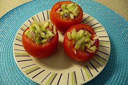 Tomaten, gefüllt mit Gurkensalat