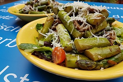 Gemischter grüner Salat mit angebratenem grünen Spargel 5