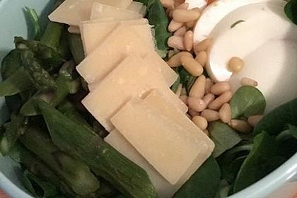 Gemischter grüner Salat mit angebratenem grünen Spargel 13