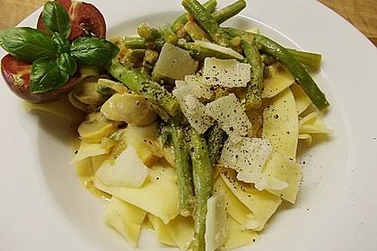 Tagliatelle mit grünen Bohnen und Champignons in Sahnesauce