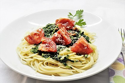 Gesundes Nudelgericht mit Blattspinat und Tomaten (Bild)