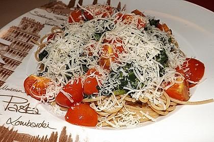 Gesundes Nudelgericht mit Blattspinat und Tomaten 3