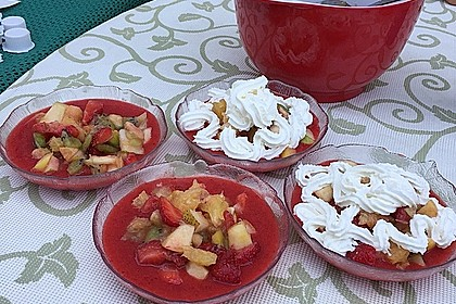 Fruchtsalat auf Erdbeerschaum