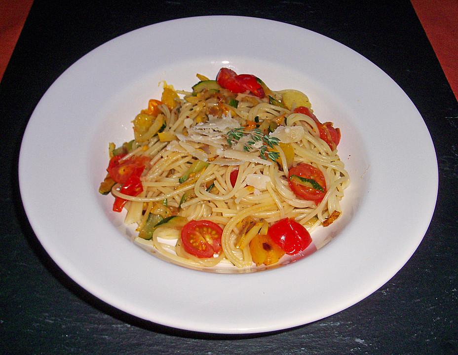 pasta mit kirschtomaten und zucchini an thymian rezept. Black Bedroom Furniture Sets. Home Design Ideas