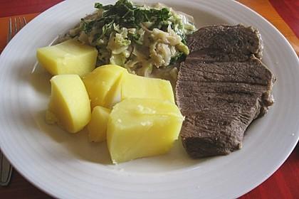 Wirsing auf Wiener Art mit gekochtem Rindfleisch und Röstkartoffeln