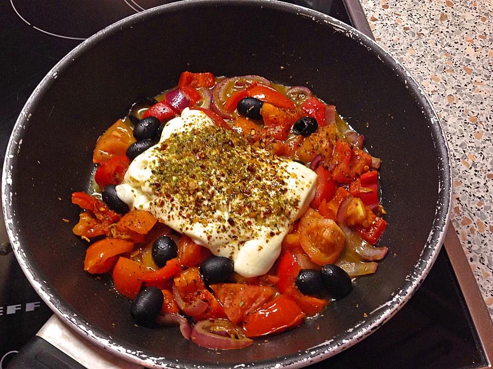 feta schafsk se auf tomaten und zwiebeln in der pfanne gebacken rezept mit bild. Black Bedroom Furniture Sets. Home Design Ideas