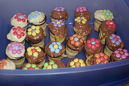 Kleine Kuchen im Waffelbecher 379