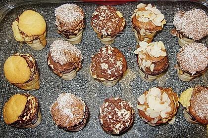 Kleine Kuchen im Waffelbecher 360