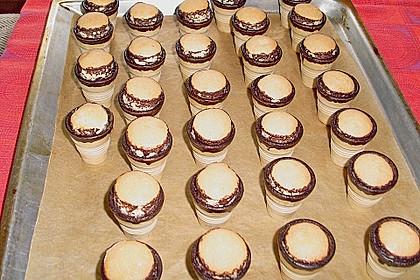 Kleine Kuchen im Waffelbecher 307