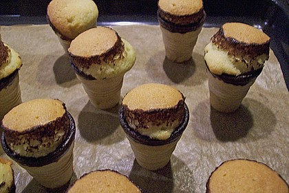 Kleine Kuchen im Waffelbecher 375