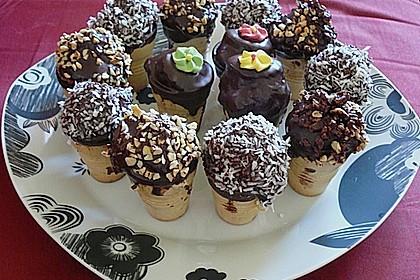 Kleine Kuchen im Waffelbecher 300