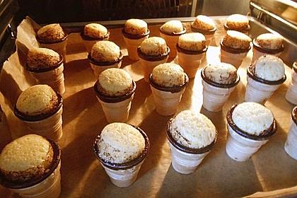 Kleine Kuchen im Waffelbecher 244