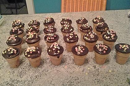 Kleine Kuchen im Waffelbecher 210