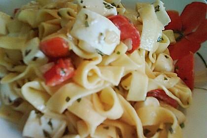 Bandnudeln mit frischen Tomaten, Mozzarella und Basilikum 26