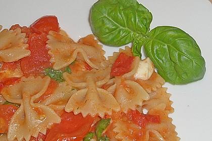 Bandnudeln mit frischen Tomaten, Mozzarella und Basilikum 14