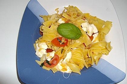 Bandnudeln mit frischen Tomaten, Mozzarella und Basilikum 21