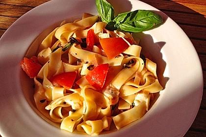 Bandnudeln mit frischen Tomaten, Mozzarella und Basilikum 8