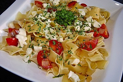 Bandnudeln mit frischen Tomaten, Mozzarella und Basilikum 1