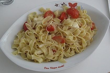 Bandnudeln mit frischen Tomaten, Mozzarella und Basilikum 12