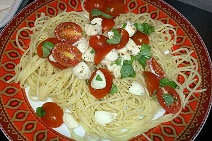 Bandnudeln mit frischen Tomaten, Mozzarella und Basilikum 10