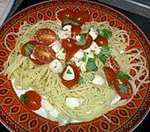 Bandnudeln mit frischen Tomaten, Mozzarella und Basilikum