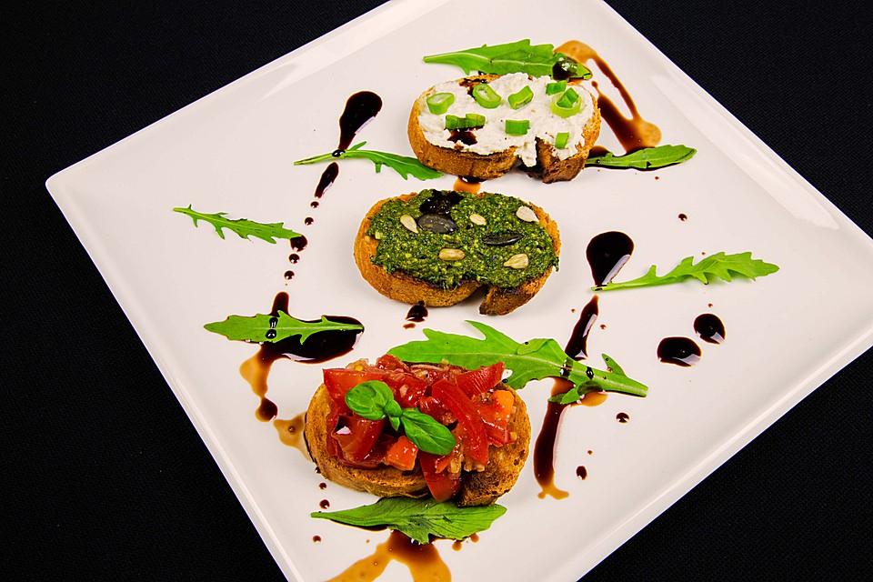 Tomaten Würfel und Avocado Bruschetta