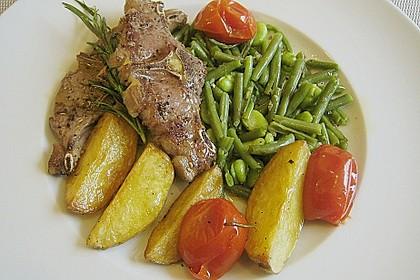 Lammkoteletts im Tomaten - Olivenöl - Sud mit zweierlei Bohnen und Kartoffelvierteln