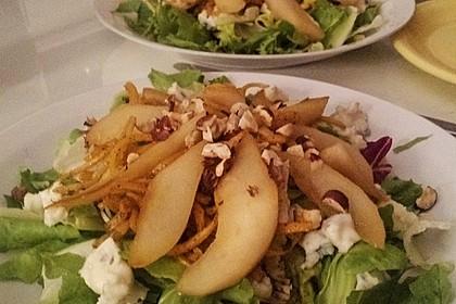 Herbstlicher Salat mit gebratenem Kürbis, karamellisierter Birne, Blauschimmelkäse und Walnüssen 39