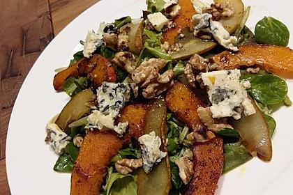 Herbstlicher Salat mit gebratenem Kürbis, karamellisierter Birne, Blauschimmelkäse und Walnüssen 14