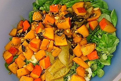 Herbstlicher Salat mit gebratenem Kürbis, karamellisierter Birne, Blauschimmelkäse und Walnüssen 44