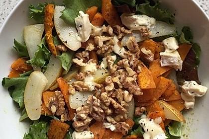 Herbstlicher Salat mit gebratenem Kürbis, karamellisierter Birne, Blauschimmelkäse und Walnüssen 40